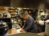 厨房で入念な準備をする名人たち
