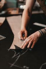 Photo by Sebastian Hilgetag; Aufzeichnen des Maßschnitt-musters auf dem Oberstoff in der Werkstatt von Maßmantel Herrenschneider Manuela Leis
