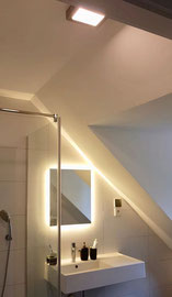Finition de la rénovation d'une salle de bain avec thermostat d'ambiance pour piloter un chauffage au sol, réalisée par ADRELEC 73, électricien