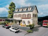 """Gaststätte, Landgasthof """"Krone"""", Plastik-Modellbausatz der Firma PIKO, 61830"""