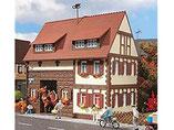 Wohnhaus mit Durchfahrt, Plastik-Modellbausatz der Firma Vollmer, 3653