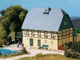 großes Bauernhaus mit Stall und Schauer, Plastik-Modellbausatz der Firma Auhagen, 11359