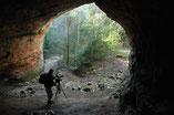 des grottes dans le vallon, témoins de l'habitat préhistorique
