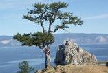 Russie. Arbre à prières surplombant le lac Baïkal