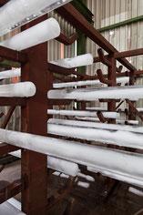 """Detailansicht der 2m langen in einer Eisenkonstruktion hängenden Eisrohre der Rauminstallation""""EIS EN"""" der Künstlerin Angelika Windegger"""
