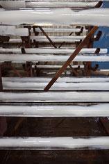 Detaillansicht der 2m langen und im Durchmesser 10cm starken 54 Eisstäben beim Schmelzungsprozess
