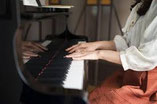 ピアノの前に座る先生と子供