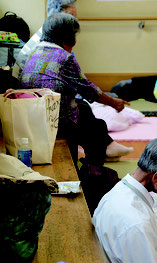 不安な思いを持ちながら避難所を利用した市民ら=10日、石垣市健康福祉センター