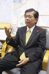 高嶺善伸氏が、引退を正式に発表した=25日、県議会議員室