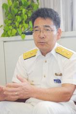 記者会見で就任の抱負を述べる石垣海上保安部の宮崎部長=6日午後、石垣海保