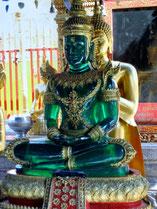 Personal Training: Ein goldener Buddha sitzt hinter einem smaragdgrünen Buddha und stützt ihn.