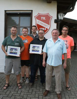 Die Verantwortlichen des Vereins und der Tischtennisabteilung bedanken sich bei den Sponsoren der neuen Trikots mit einer Bildcollage. Bernhard Härtel (2.v.r.) ist Vorsitzender des Vereins. -sam-
