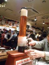 乾杯はタワーから注ぐビール