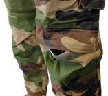 Grandes poches au niveau des genoux d'une tenue de combat