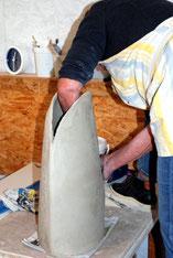 Kursteilnehmerin töpfert eine große Vase