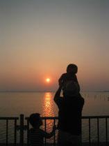 浜名湖に沈む夕日、父子