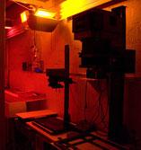 le laboratoire photo avec éclairage inactinique, agrandisseur photo