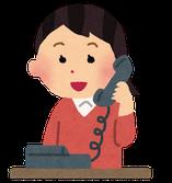 電話で問い合わせをしている女性のイラスト 台風15・19号の被害者支援