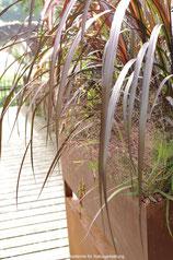 Pflanzgefäss aus Eisen. Zwei- teilig mit innenliegendem Wasserablauf.