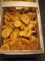 Die Pilze werden in Körben angeboten, da sie sich in Plastik nicht gut halten