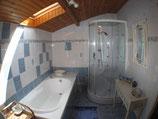 salle de bain avec douche,baignoire, lavabo et coiffeuse