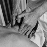 Knetgriff am Nacken gegen Verspannung in der Klassischen Massage