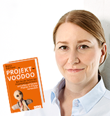 © Bianca Fuhrmann mit ihrem Buch Projekt-Voodoo® aus dem GABAL-Verlag