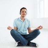 8D Meditation nach Jesus Lopez, Mann mit Kopfhörern
