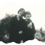 Ascensión con su hermana mayor, Pilar