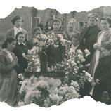 Las alberguadas rezan con devoción en la tumba de Ascensión, año 1946