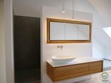 Waschtisch auf Gehrung in Eiche massiv mit weißer Aufsatzplatte & Aufsatzbecken mit indirekt beleuchtetem 3-türigigen in Wand eingelassener Spiegelschrank mit Eichenrahmen