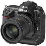 Fotocamera professionale  Nikon D2Xs con sensore  CMOS da 12.4 Megapixel    Riesce a scattare 5  immagini al secondo alla  massima risoluzione.   Durata della batteria: 3800  foto per carica.