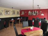 Gastraum mit gedeckten Tischen im Neuweiler Hof Sulzbach Saar