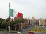 Bandera italiana en la piazza Venecia de Roma.