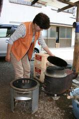 公的支援が届かない自宅で、後藤さんは釜での炊飯に苦労した=宮城県南三陸町戸倉