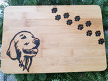 Holzbrett mit Pfoten und Hundekopf