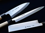Les 3 couteaux japonais Déba, Yanagiba et Usuba avec un rouleau de couteau