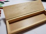 Caja de madera con pluma en la tapa para decorar