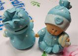 Figura para tarta bautizo hucha.  Bebé sentado con trajecito azul y almohada.  1499.  14 cm aprox