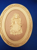 Cuadro marco ovalado y muñeca en relieve. Con regalo incluido.
