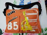 Mochila bandolera naranja con bolsillos interiores