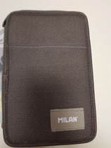 Plumier dos pisos con contenido marrón.   Milan