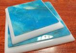 Peanas de metacrilato en blanco y azul.  Dos tamaños