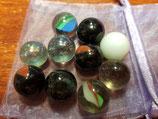 Bolsita organiza con 10 canicas cristal