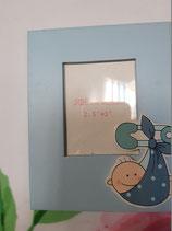 Portafoto madera azul con bebe colgado pañuelo