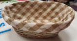 Cesta de mimbre con tela cuadritos blanco y marrón.  22x15x9 cm