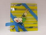 Juego 2 posavasos rayitas amarillas, con flores y lazo azul