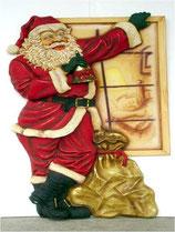 Réplica de papá noel con su saco frente a una ventana para decoración de navidad