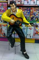 RÉPLICA DE ELVIS SENTADO EN UN TABURETE Y TOCANDO LA GUITARRA | Figuras de Elvis