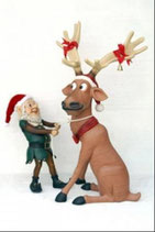 Réplica de elfo con reno atando una cuerda para la decoración de navidad